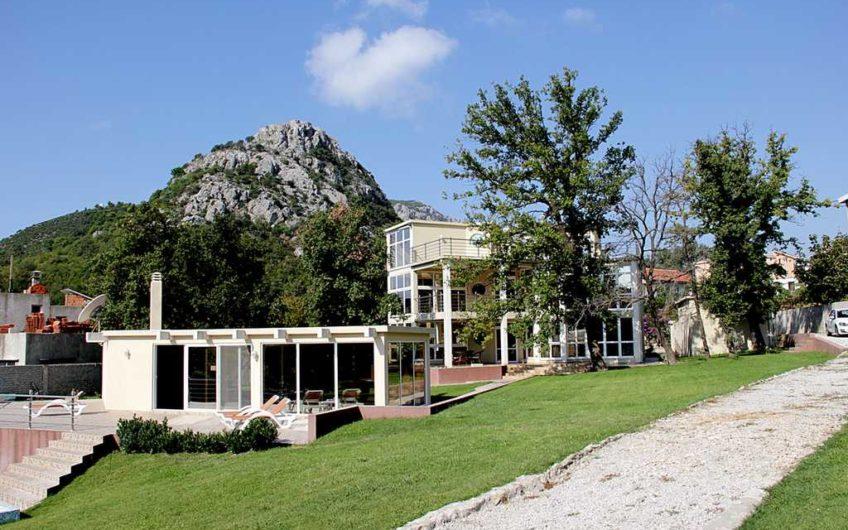 Vila sa velikim zemljištem i bazenom u Sutomoru