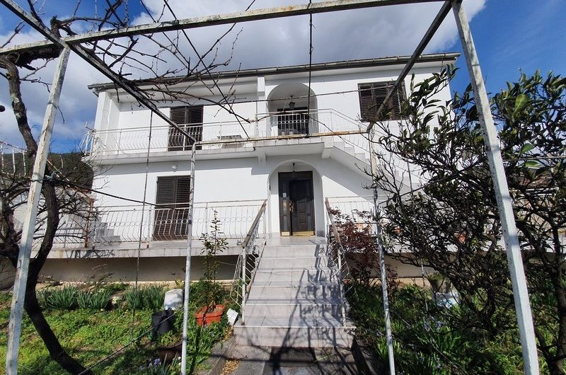 2-storey house with a plot of 530 m2 one kilometer from the center of Tivat