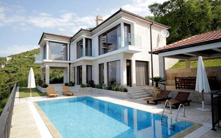 Luxury villa with a pool in the village of Dobra Voda